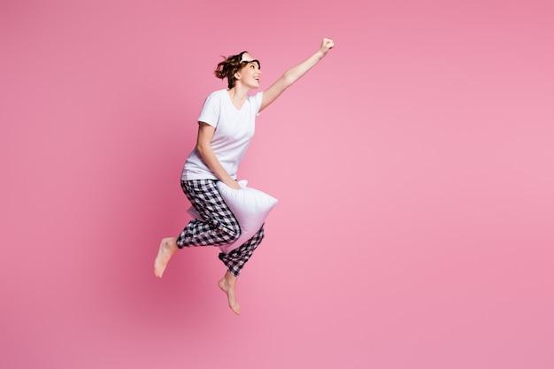 Profielfoto van volledige lengte van grappige dame springt hoog zacht groot kussen tussen benen