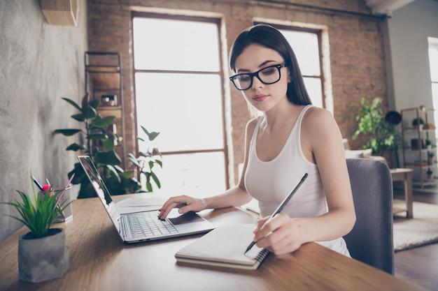 Profielkant gericht assistent-meisje werkt op afstand laptop