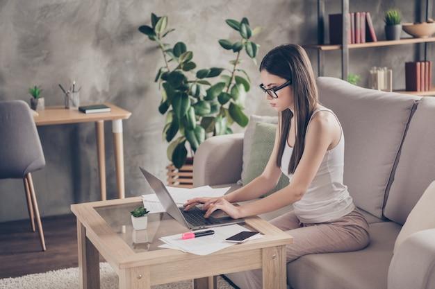 Profielkant gericht meisje werkt op afstand laptop