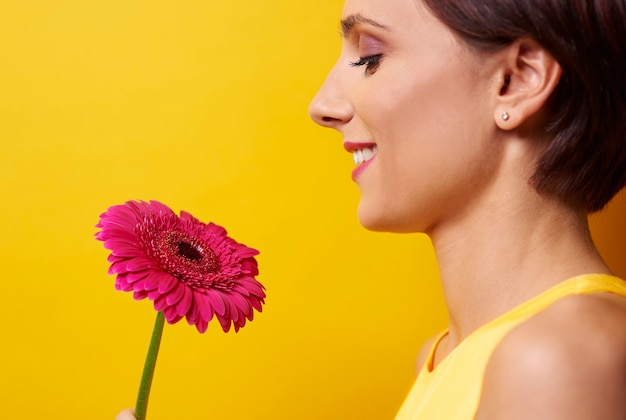 Profielmening van vrouw met bloem