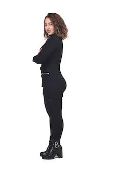 Profielportret van een vrouw met gekruiste armen en kijkend naar camara