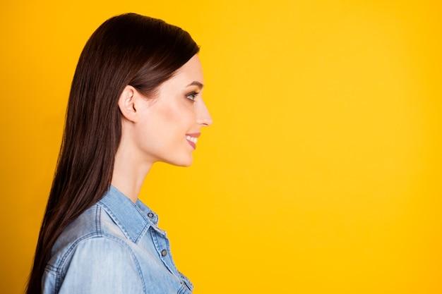 Profielzijde foto van openhartige inhoud meisje look copyspace