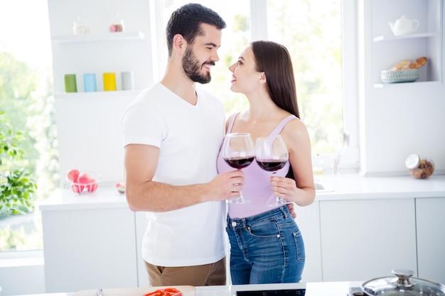 Profielzijde twee mensen hebben gepassioneerde date wijn drinken