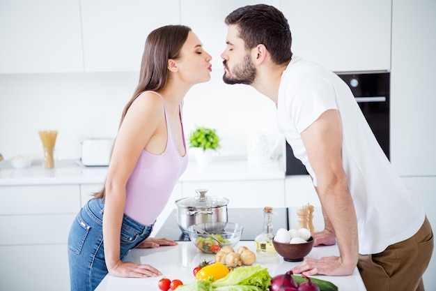 Profielzijde twee mensen zacht teder paar soulmate kus
