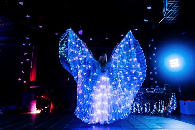 Programma van de trouwdag weergeven. neon show met een meisje op vakantie