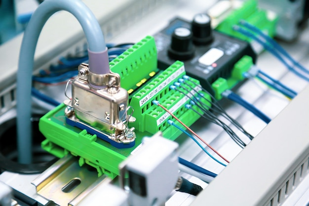 Programmeerbare logic controler (plc) bedrading kabelcommunicatie en socketverbinding.