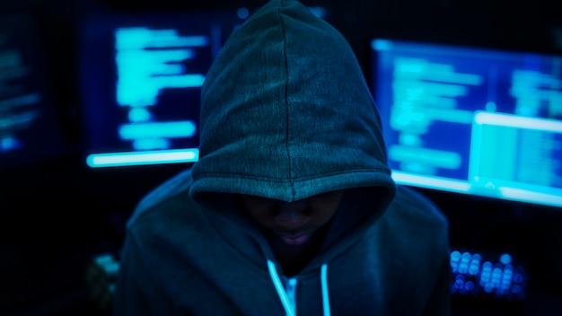 Programmeur die in het donker werkt