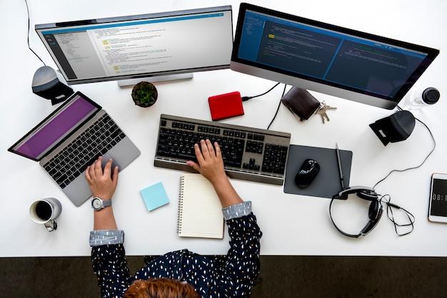 Programmeur die met computersoftware werkt
