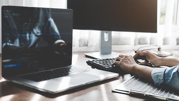 Programmeur die werkt in softwareontwikkeling en coderingstechnologieën. website ontwerp. technologie concept.