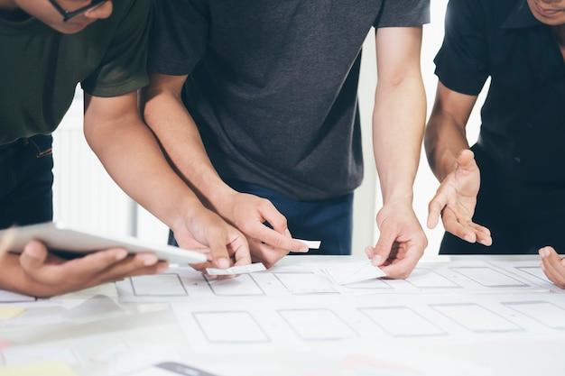 Programmeur en ux ui-ontwerper die werken in softwareontwikkeling en coderingstechnologieën.