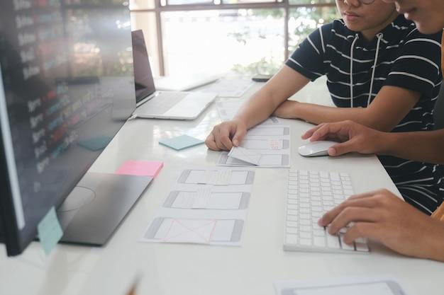 Programmeur en ux ui-ontwerper werkzaam in softwareontwikkeling en coderingstechnologieën. ontwikkelingstechnologie voor mobiel en websiteontwerp en programmeren.