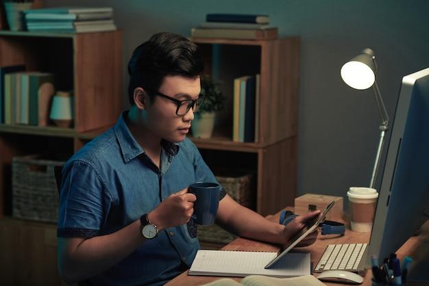 Programmeur leest technische specificatie