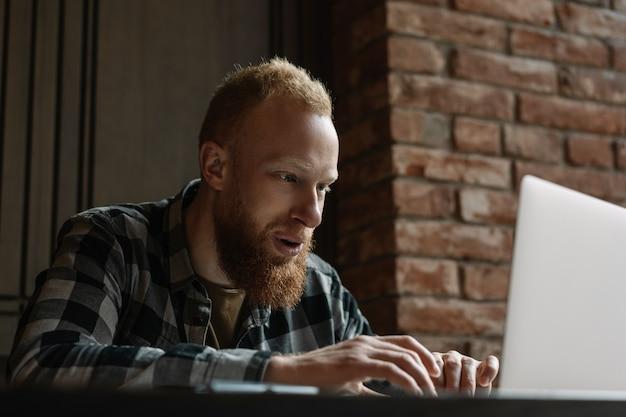 Programmeur met behulp van laptop, werken vanuit huis