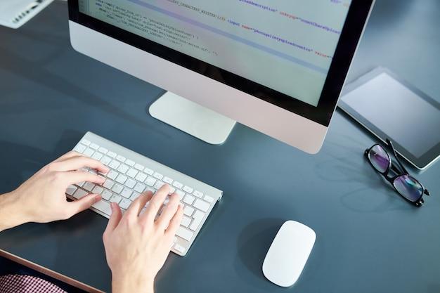 Programmeur werken in office