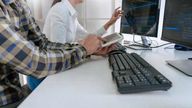 Programmeurs die codes op hun computers ontwikkelen