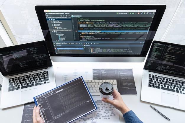 Programmeurs die werken aan een project in softwareontwikkeling