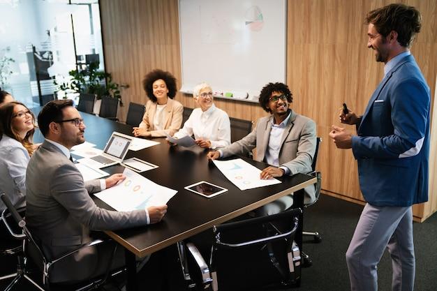 Programmeurs die werken in een kantoor voor softwareontwikkeling