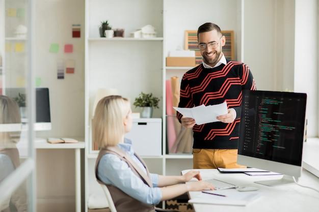 Programmeurs lachen tijdens het bespreken van nieuwe software