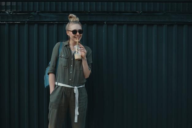 Progressieve vrouw, zonnebril met een glas verfrissend
