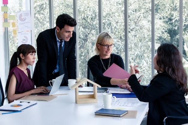 Projectleider die projecten levert aan klanten.