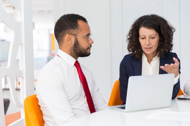 Projectleider die taak specifiek voor nieuwkomer verklaart