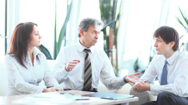 Projectleider in gesprek met business team op de werkplek. bedrijfsconcept