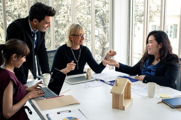 Projectleider levert projecten aan klanten.
