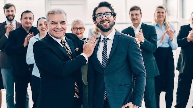 Projectmanager feliciteert de beste medewerker met de overwinning
