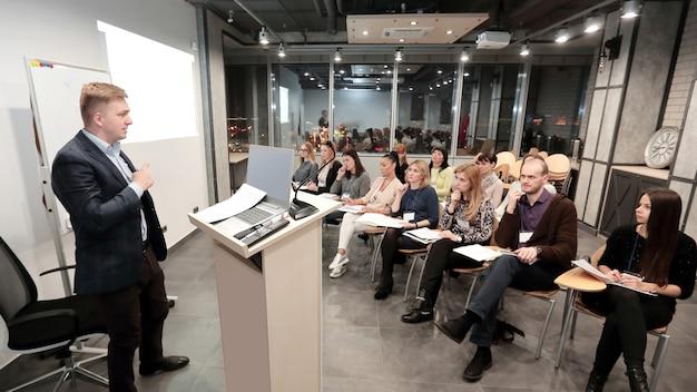 Projectmanager houdt een bijeenkomst met senior medewerkers.