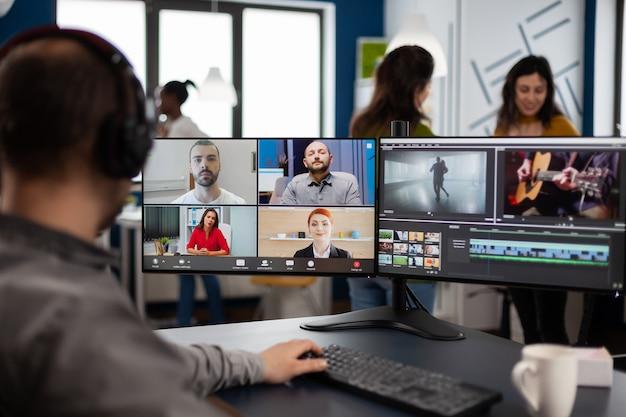 Projectmanager in online webvergadering met team over bewerking van videogesprekken