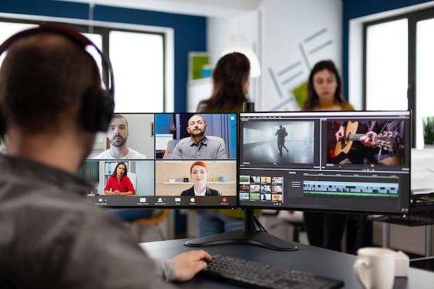 Projectmanager in online webvergadering met team over het bewerken van videogesprekken