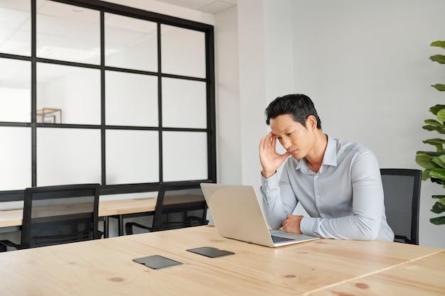 Projectmanager kijken naar presentatie