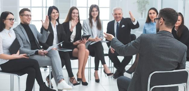 Projectmanager stelt vragen tijdens een werkvergadering