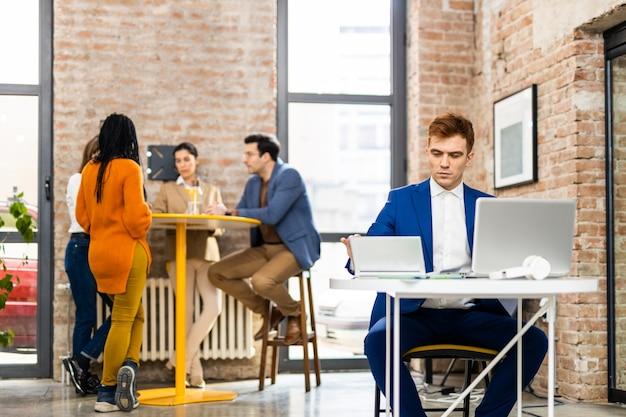 Projectmanagers en medewerkers brainstormen over ideeën