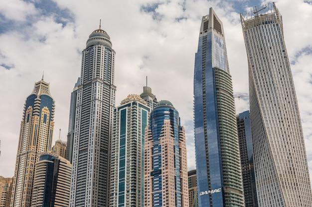 Promenade en kanaal in dubai marina met luxe wolkenkrabbers rond, verenigde arabische emiraten