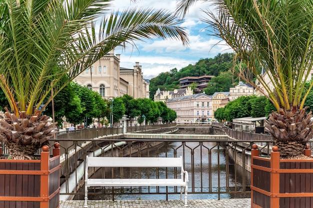 Promenade en rivier in karlovy vary, kuuroord en toeristenoord