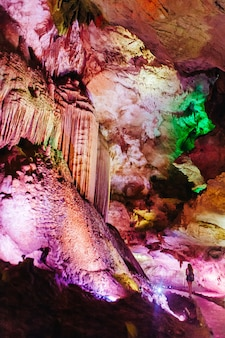 Prometheus kumistavi-grot in de buurt van kutaisi, imereti-regio van georgië.