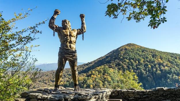 Prometheusbeeldhouwwerk op backgroung van ahun-berg, sochi, rusland.