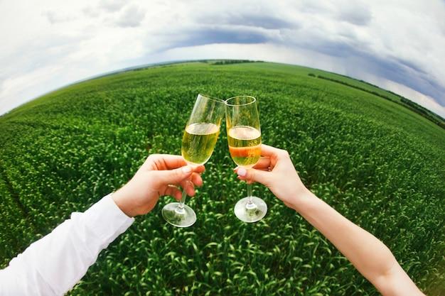 Proost! sluit omhoog van beste vrienden die met glazen wijn clinking en op sneeuwvlokkenachtergrond roosteren