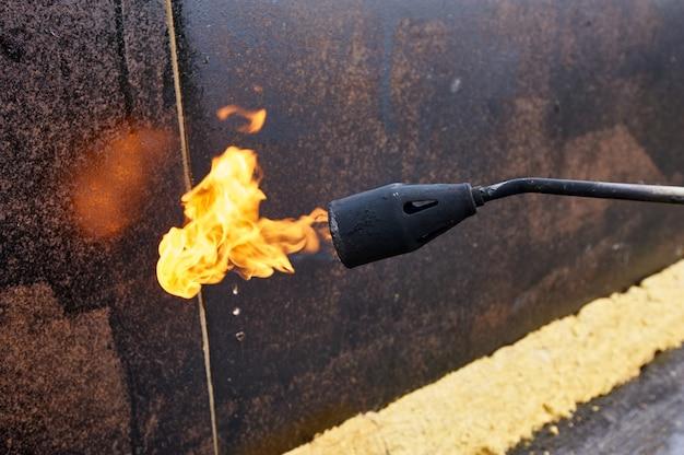 Propaan brander close-up tijdens bouwwerkzaamheden