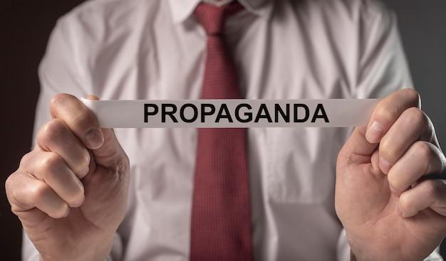 Propagandawoord op papiermanipulatie, bedrog en verkeerde informatie door media en overheidsconcept