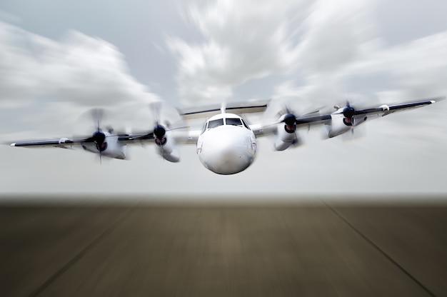 Propellervliegtuig klaar voor de landing