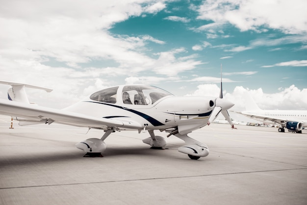 Propellervliegtuig op luchthaven, vliegtuig op parkeren