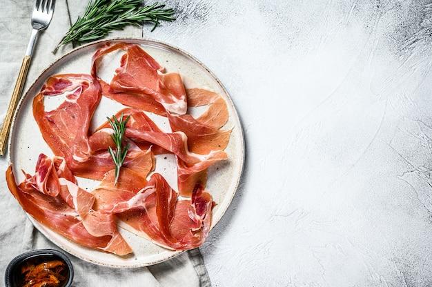 Prosciutto crudo, italiaanse salami, parmaham. antipasto-plaat., bovenaanzicht.