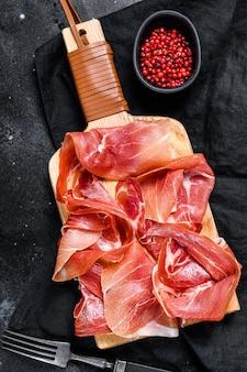 Prosciutto crudo, italiaanse salami, parmaham. antipasto-plaat.