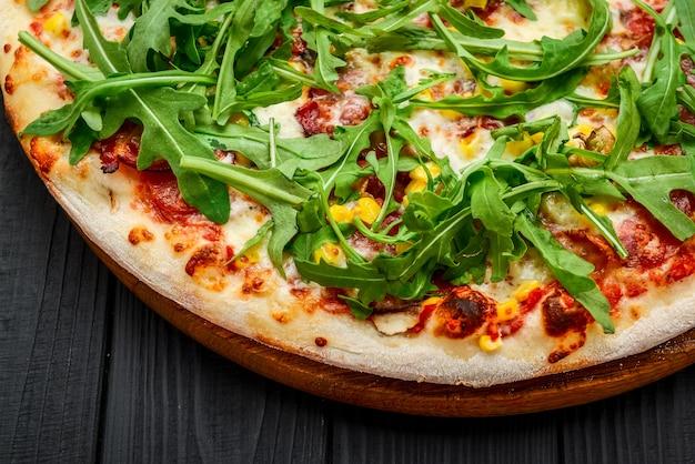 Prosciutto en arugula-pizza met marinara-saus