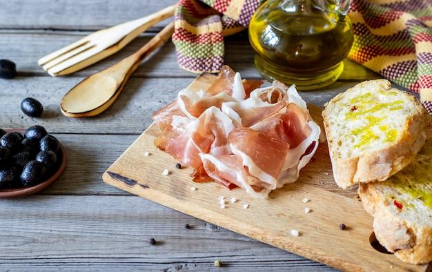 Prosciutto-ham en brood op hout