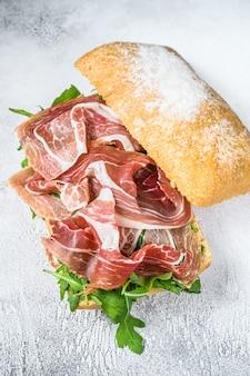 Prosciutto parmaham sandwich op ciabattabrood met rucola. bovenaanzicht.