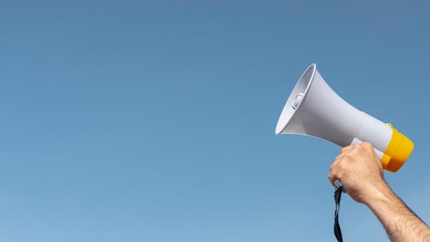 Protesteerder bedrijf megafoon voor demonstratie