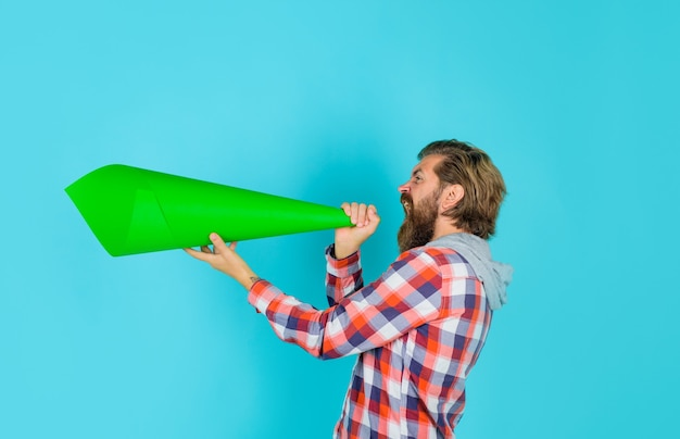 Protestman schreeuwt in luidspreker eigen mening man met luidspreker vrijheid van meningsuiting werelden
